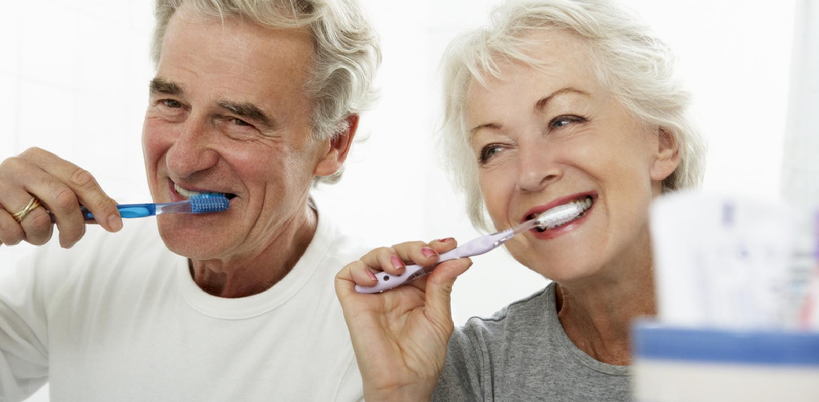 odontogeriatria senhores escovando os dentes saúde bucal